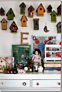 Decorando um quarto de menina, as casas de passarinho parecem uma coleção
