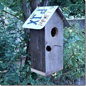 Teto de placa usada para a casa de passarinho