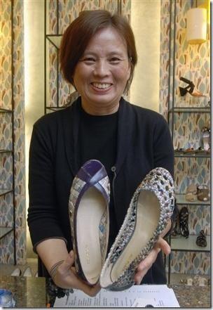 Designer Colin Lin, de sapatos feitos com jornal reciclado
