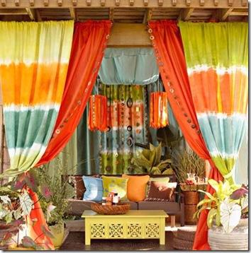 Gazebo com cobertura de telhas e cortinados coloridos
