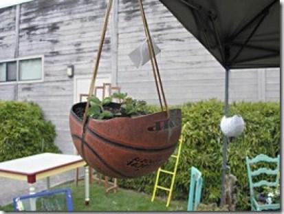 Horta montada numa bola de basquete furada
