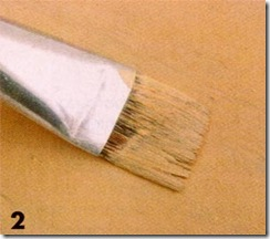 Pinte o miolo do encosto da cadeira com um pincel chato e largo
