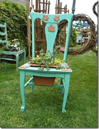 Cadeira reciclada em suporte de vasos