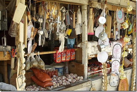 Vista da barraca da Rita com utensílios, temperos e objetos variados