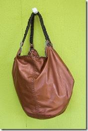 Bolsa em couro metalizado com design de Ivânia Barreto
