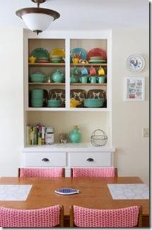 Num armário neutro, objetos de cores bem alegres