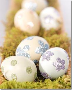 Decore os ovos com cola e glitter