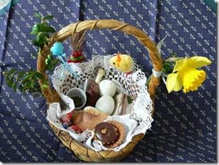 Pequena cesta preparada para a bênção de alimentos