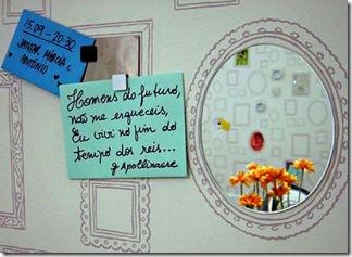 Trechos de poemas colados em falsas molduras que decoram a parede