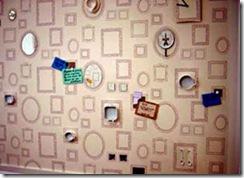 Molduras em stencil ou carimbo recobrem a parede