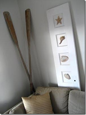 Portas antigas renovadas com detalhes de conchas aplicados na folha