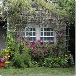 A janela tem um acabamento perfeito, flores