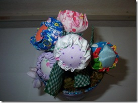 Detalhe das flores de fuxico, as tulipas de Claudia Gomes