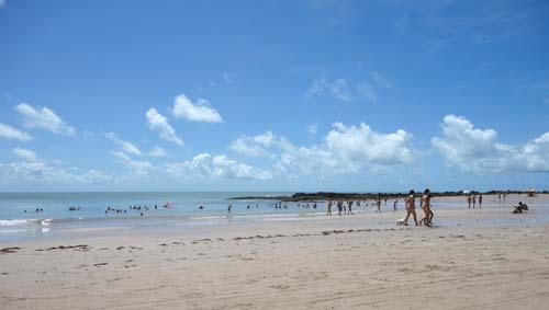 A praia de Coqueirinho cheia de banhistas