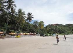 Praia de Coqueirinho com as mesas na areia