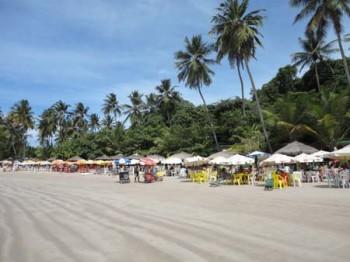 Quiosques da Praia de Coqueirinho com as mesas na areia