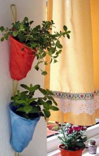 Vasos de ervas aromáticas feitas com coadores de pano