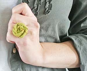 Anel feito com a flor enrolada