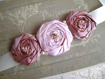 Cinto feito com flor de fita de cetim