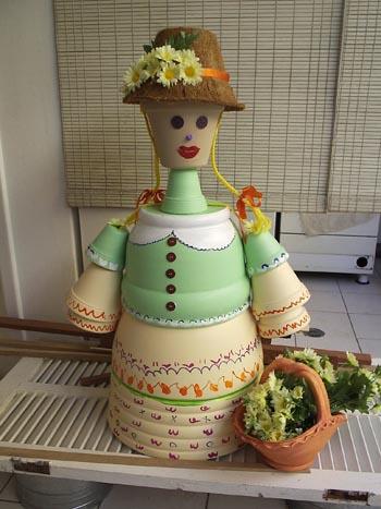 Boneca de cerâmica para o jardim feita de vasos