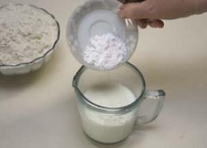 Dissolva o bicarbonato no leite
