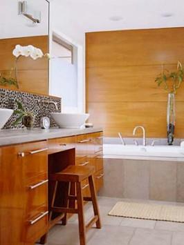 Madeira na bancada e no revestimento de parede do banheiro