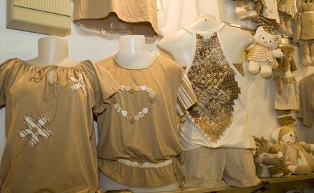 Camisetas e trajes feitos com o algodão colorido