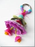 Chaveiro de feltro com flor e pingente