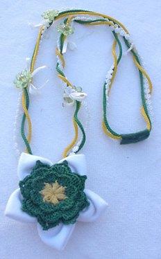 Colar com flor de tecido, crochê em cordão e fitas, por Adilene Mendes