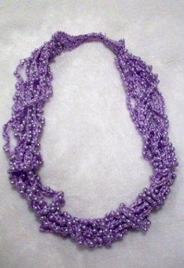 Colar lilás de fios de seda da Nadir Capello