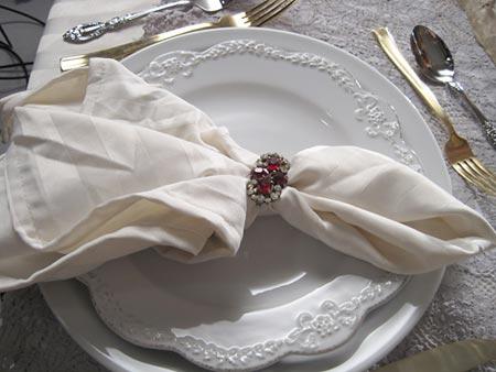 Anel de pedra vira porta-guardanapo para arrumar a mesa