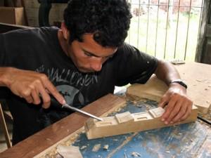 Artesão trabalhando a madeira