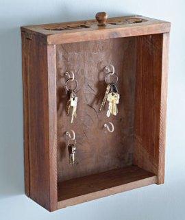 Gaveta usada transformada em porta-chaves