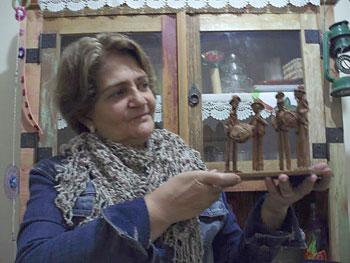 Beth Riskalla com sua escultura, presente de Lusyennir e Demóstenes