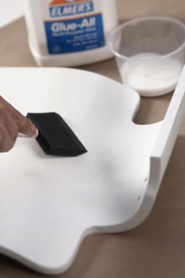 Passe cola no móvel com o pincel esponja