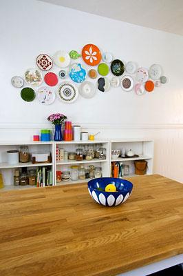 Pratos garimpados em coleção decorando as paredes