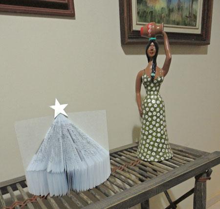 Livro que vira árvore de natal para decorar a casa