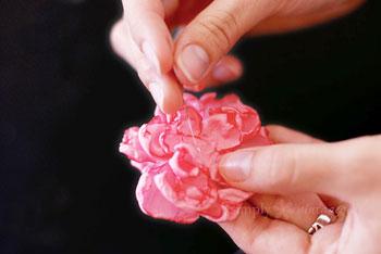 Monte as camadas da flor e arremate com uma pérola