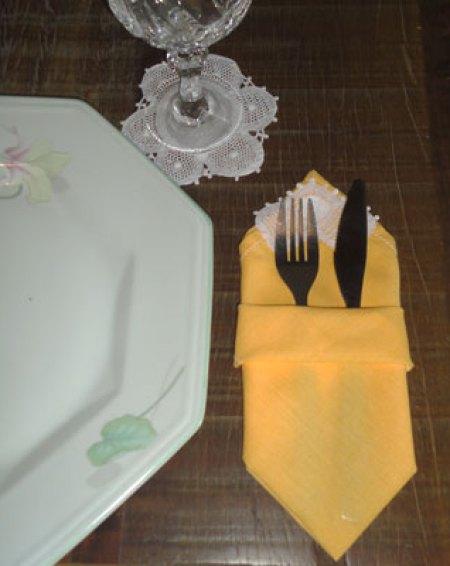 Guardanapos que viram porta-talheres, perfeitos para a mesa bem posta.