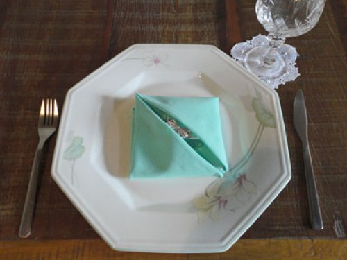 Guardanapos com dobradura porta-lembrancinha, uma surpresa para o convidado