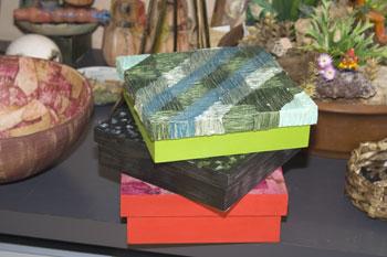 Caixas com coberturas em diversas técnicas artesanais