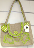 Bolsa de linho verde com detalhes em crochê