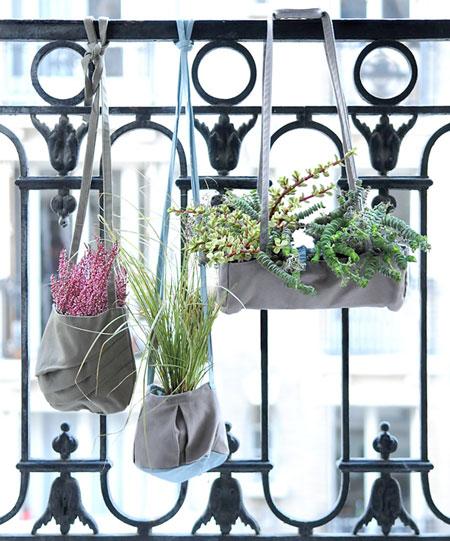 Bolsas de algodão funcionam como jardins suspensos em balcões de varandas