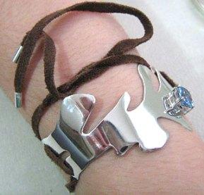 Bracelete em prata, com topázio e camurça, de Jóias de Rudá