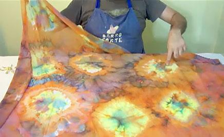 Desenhos de rosáceas obtidos com amarração e tie dye
