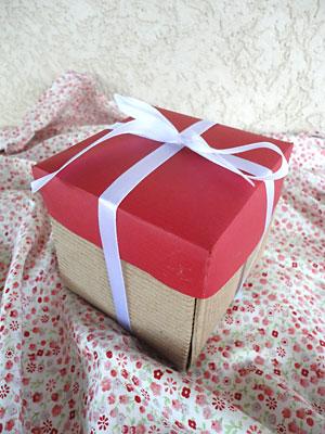Faça um belo laço de fita para enfeitar a sua caixa