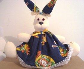 Coelha de vestidão, boneca de pano da Jô Ribas