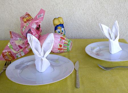 Mesa de almoço de páscoa com guardanapos em forma de coelho