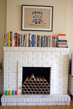 Apoiando livros sobre a lareira