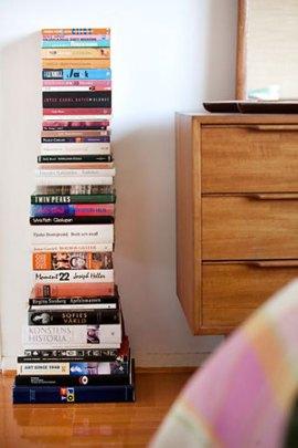 A pilha de livros no chão, acaba ficando simpática